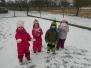 Hrátky se sněhem na zahradě